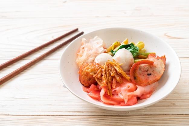 (yen-ta-four) - nouilles sèches de style thaïlandais avec un assortiment de tofu et de boulettes de poisson dans une soupe rouge - cuisine asiatique
