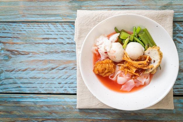 (yen-ta-four) - nouilles à la thaïlandaise avec un assortiment de tofu et une boule de poisson dans une soupe rouge - cuisine asiatique