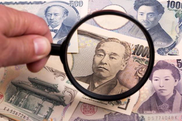 Yens japonais dans un fond de loupe