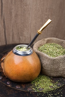 Yerba mate dans une courge calebasse traditionnelle