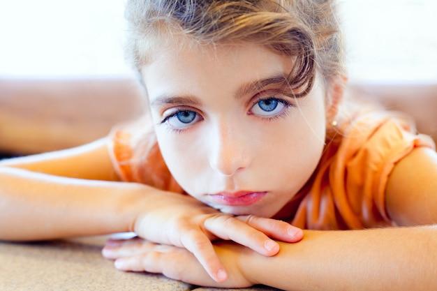 Yeux bleus enfants tristes fille croisé les bras