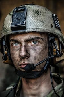 Les yeux brillants d'un jeune soldat