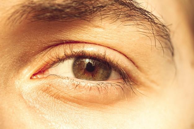 Les yeux du gars européen se bouchent