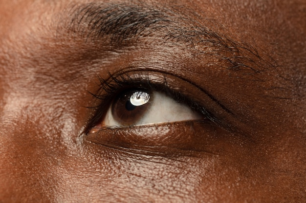 Les yeux du jeune homme se bouchent