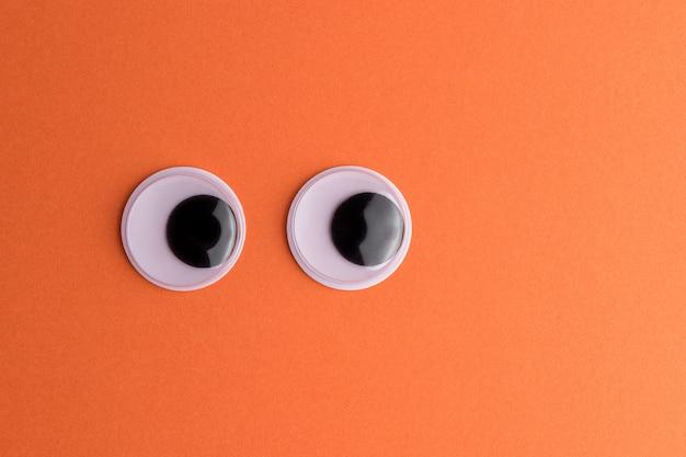 Yeux écarquillés sur fond orange