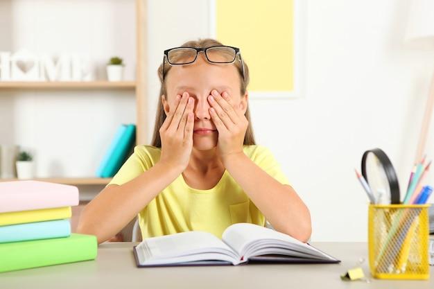 Les yeux des petites filles font mal à cause de ses lunettes problèmes de vision chez les enfants