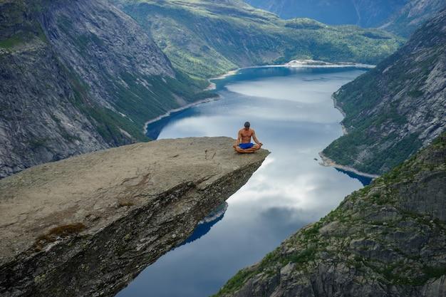 Yog prie au bord de trolltunga. odda. norvège