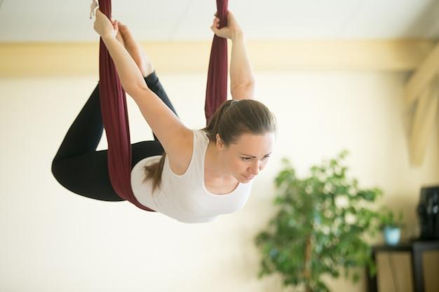 Yoga aérien: volant dans un hamac