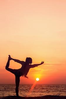 Yoga au coucher du soleil, natarajasana