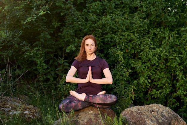 Yoga au naturel. yoga d'une jolie femme. concept spirituel et émotionnel. portrait de vie en plein air.