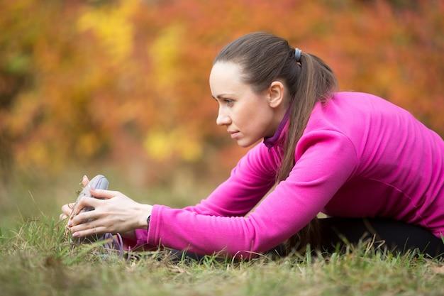 Yoga d'automne: assis devant bend yoga pose