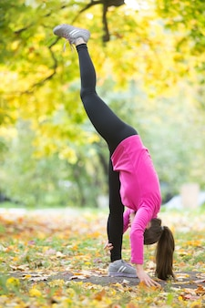Yoga à l'extérieur: pose debout debout
