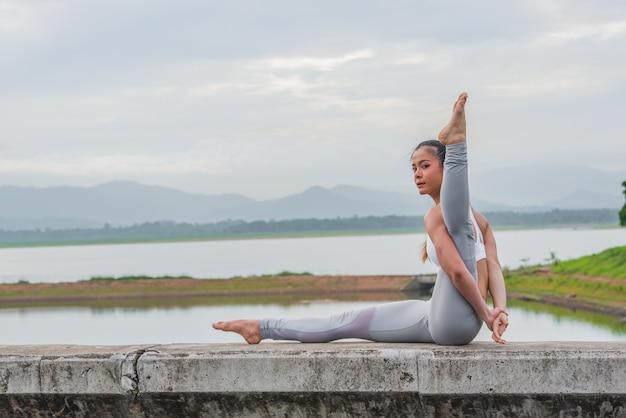 Yoga femme faisant du yoga à l'extérieur