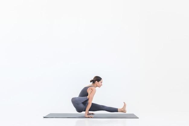 Yoga femme pratique le yoga sur tapis faisant des étirements debout dans une belle pose
