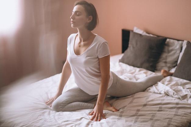 Yoga de lit de femme