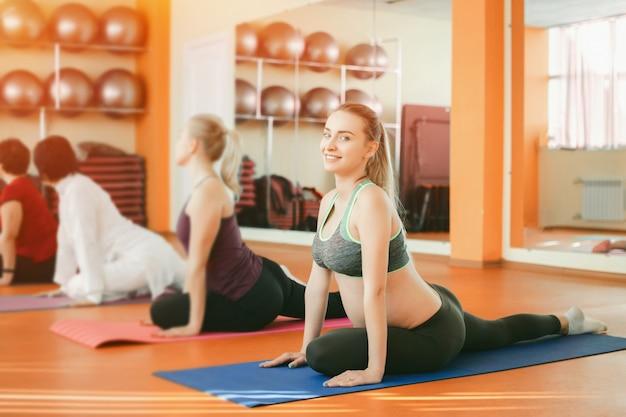 Formation De Femme Enceinte Dans Une Salle De Sport Photo Gratuite