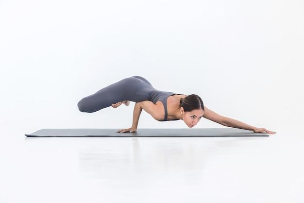 Yoga pratique femme yogi travaille sur le tapis dans le studio