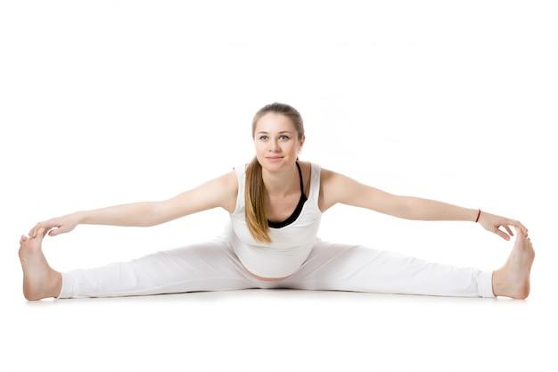 Yoga prénatal, pose élargie de pli avant en grand angle