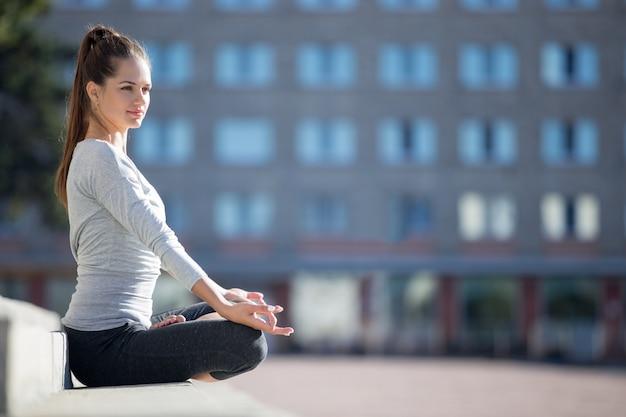 Yoga sur la rue: ardha padmasana
