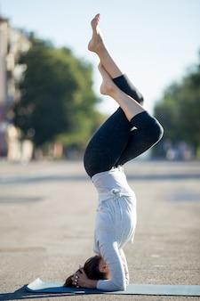 Yoga de la rue: salamba sirshasana avec des jambes de garudasana