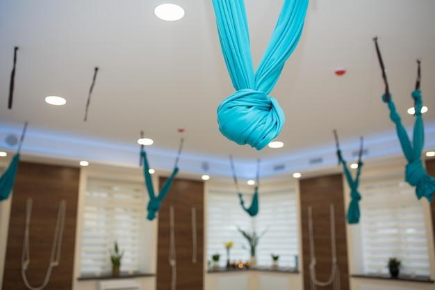 Yoga vide et salle de fitness. interieur de terrain de sport.