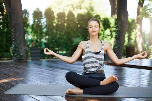Yogi débutante se prépare pour sa pratique quotidienne de yoga dans une ville animée