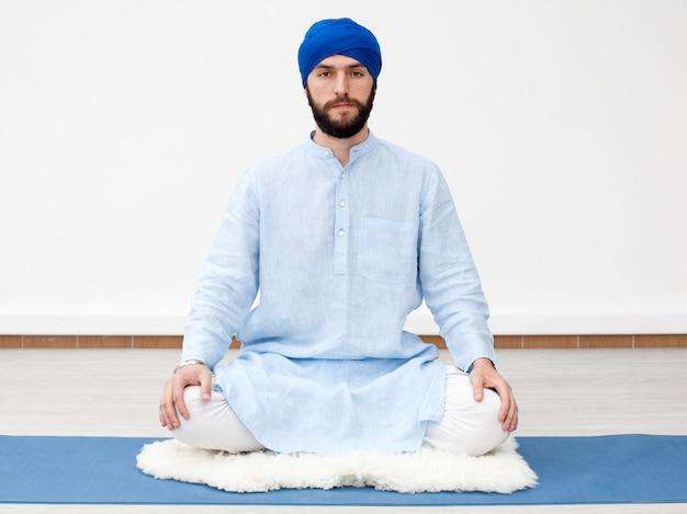 Yogi, homme, turban, mains, genoux