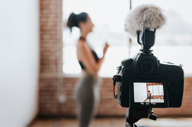 Yogini se filme dans un studio