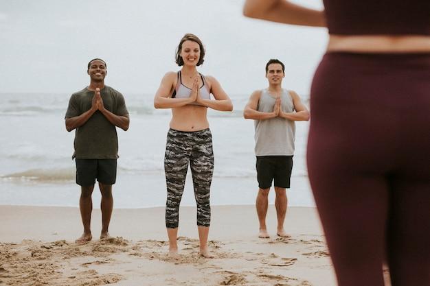 Yogis profitant d'une séance à la plage