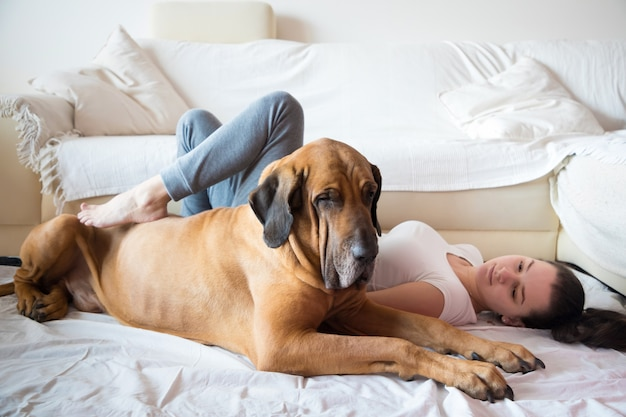 Yong femme et son chien à la maison