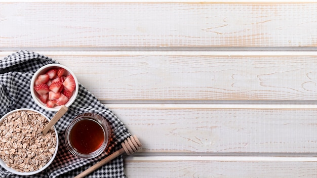 Yougurt copie-espace avec fruits et granola