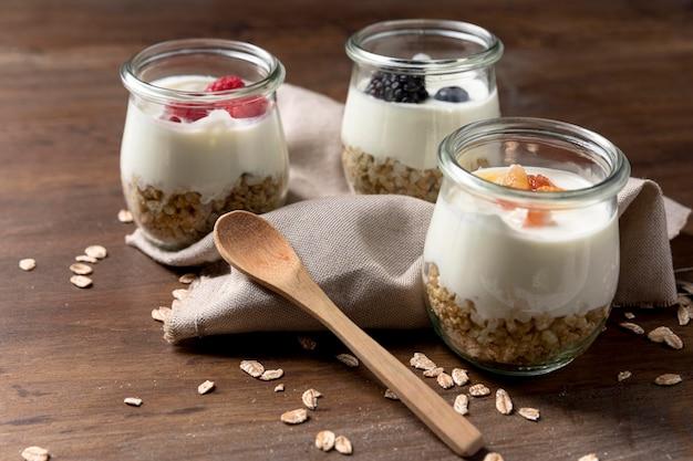 Yougurt naturel aux céréales granola et fruits