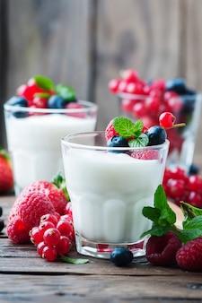 Yougurt sain avec un mélange de baies