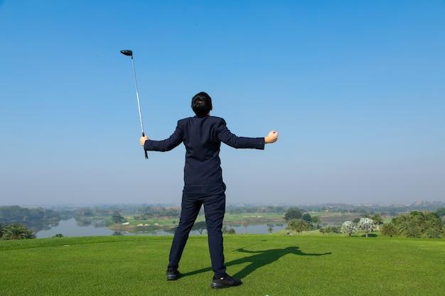 Young asian ceo businessman wearing suite jouant au golf sur le terrain de golf