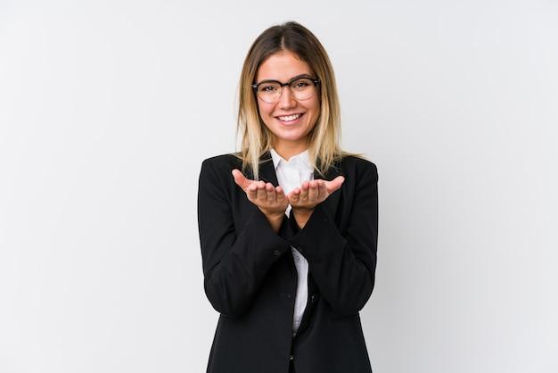 Young business caucasian woman holding quelque chose avec des palmiers