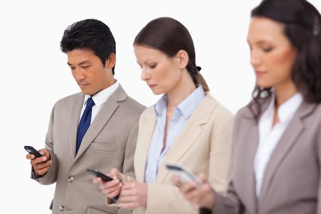Young businessteam avec leurs téléphones portables