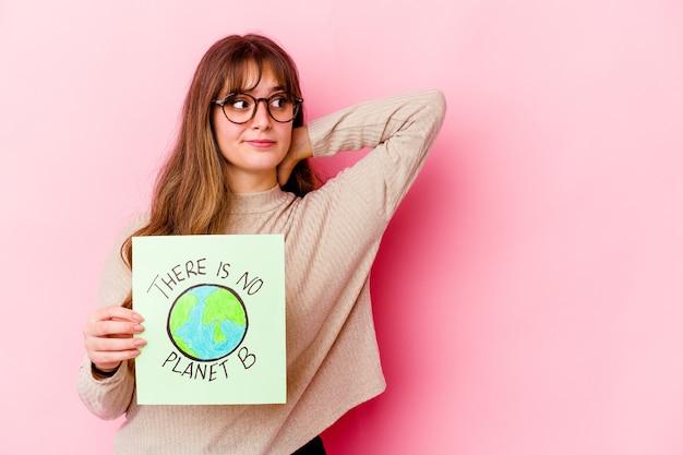 Young caucasian woman holding a il n'y a pas de plaque-étiquette planète b