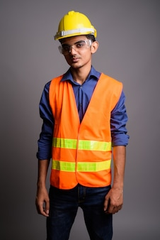 Young indian man construction worker portant des lunettes de protection