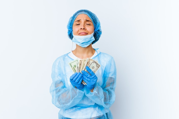 Young mixed race doctor woman holding dollars isolé sur fond blanc