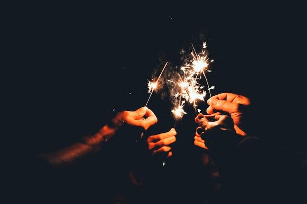 Young point feux d'artifice à chanter dans la nuit.