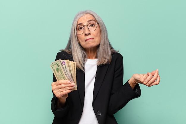 Ysenior jolie femme d'affaires avec des billets en dollars. notion d'argent