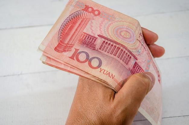 Yuan chinois dans un gros plan de la main d'une femme