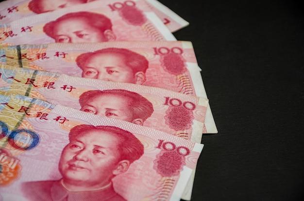 Yuan chinois sur fond noir. concept financier. copiez l'espace.