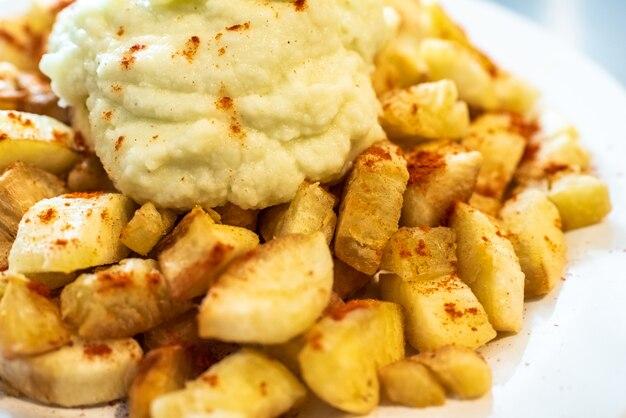 Yuca frit avec une sauce hummus.