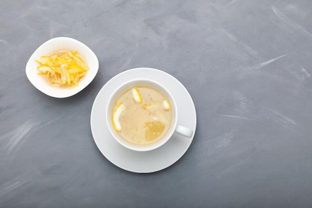 Yujacha (thé yuja ou thé yuzu) - thé coréen aux agrumes, préparé en mélangeant de l'eau chaude avec du yuja-cheong (marmelade de yuja). vue de dessus.