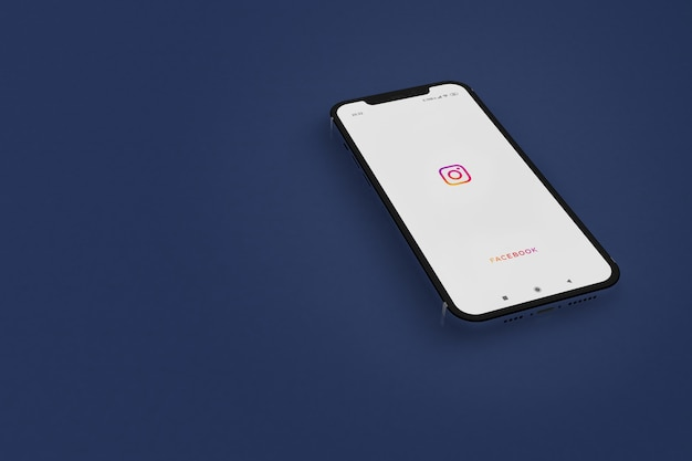 Zarautz, guipuzkoa / espagne -janvier 2021: instagram sur l'écran du téléphone intelligent sur fond bleu