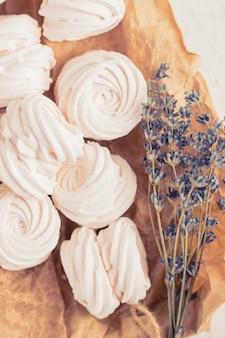 Zéphyr russe fait maison fait de pommes, framboises et mûres sur fond de béton blanc isolé