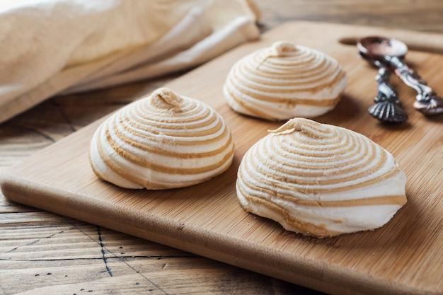 Zéphyr vanille à la guimauve au caramel sur une table en bois.
