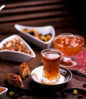 Ð ° zeri baklava avec noix et une tasse de thé