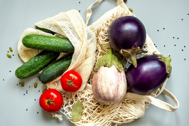 Zéro déchet aliments sains-céréales, graines, légumes à plat sur fond gris. épicerie dans des sacs en textile, bocaux en verre, bol en bois. mode de vie respectueux de l'environnement sans plastique et sans déchets.